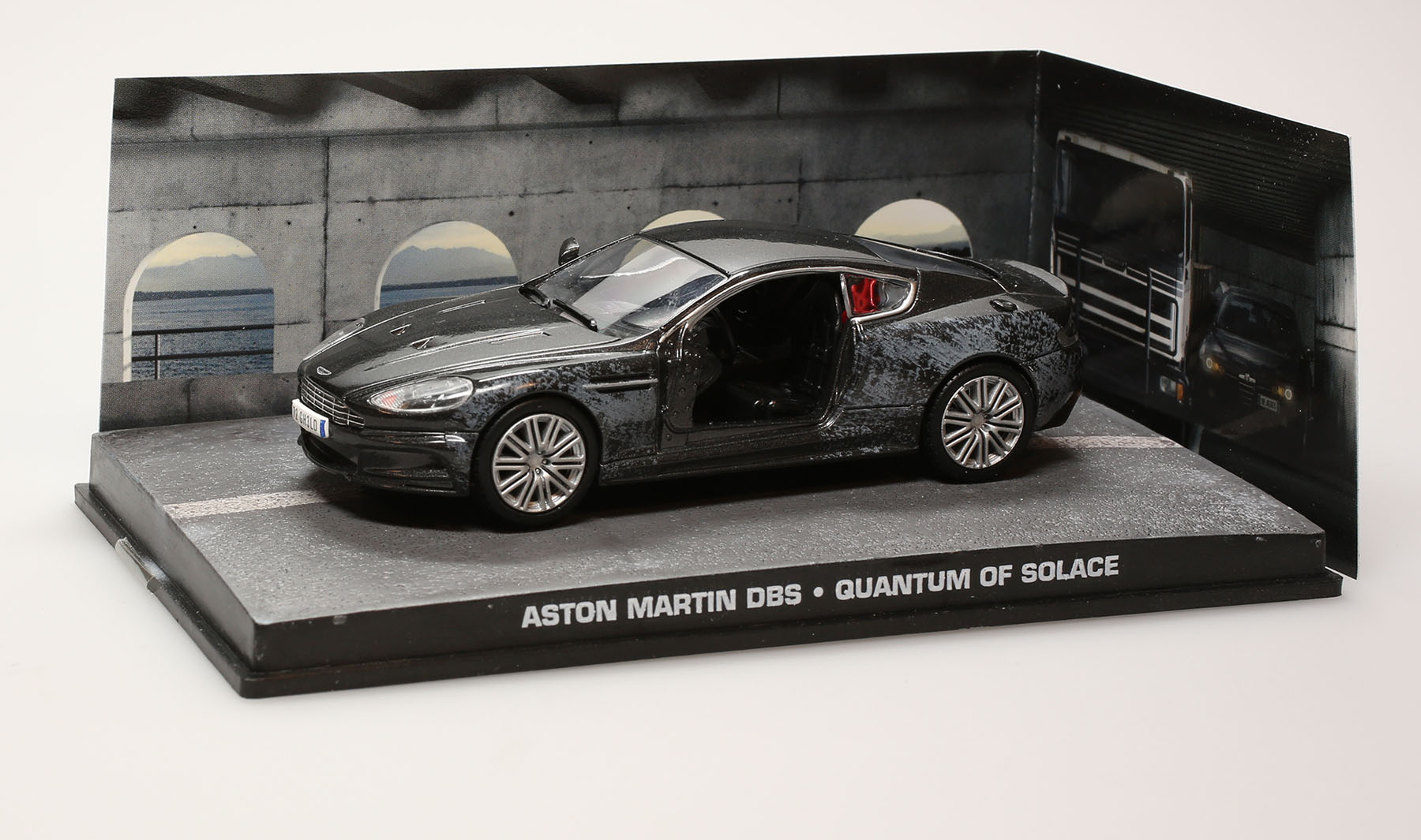 "james bond, quantum of solace: aston martin dbs ""damaged"" - 1/43"